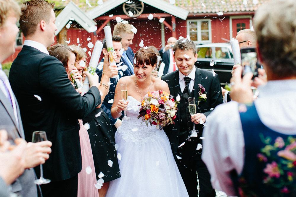 Konfetti når brudeparet ankommer festlokalet