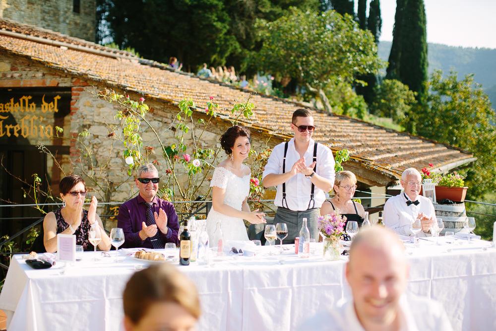Bryllup i Italia med utendørs bryllupsmiddag på en vingård i Toscana