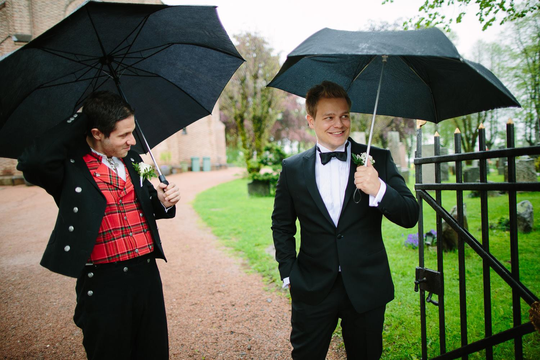 13-bryllup-asker-kirke-vielse-bryllupsfotograf-regn.jpg