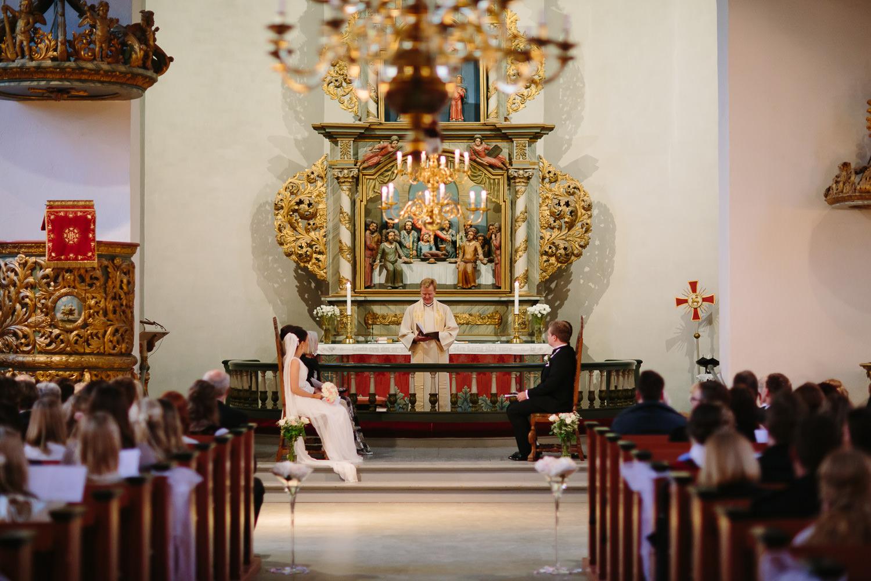 21-bryllup-asker-kirke-vielse-bryllupsfotograf-regn.jpg