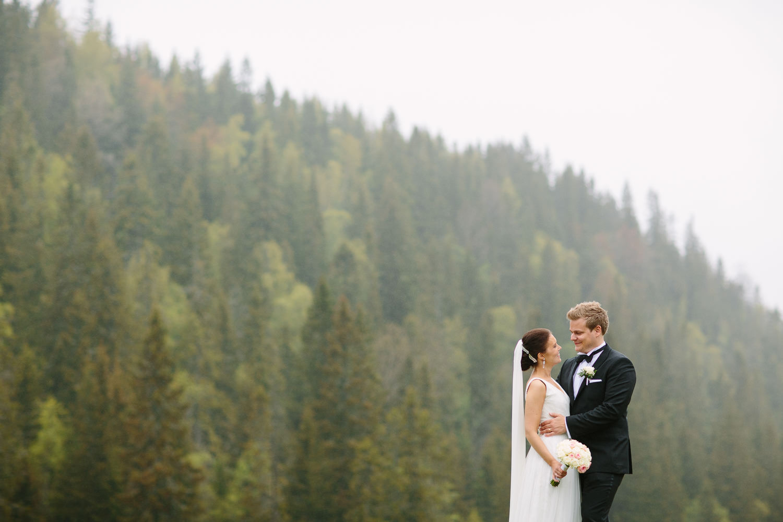 41-bryllupsbilde-kleivstua-brudepar-regn-tåke.jpg