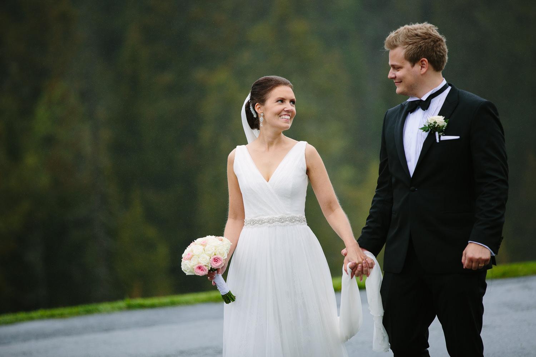 44-bryllupsbilde-kleivstua-brudepar-regn-tåke.jpg