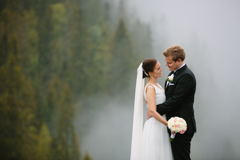 45-bryllupsbilde-kleivstua-brudepar-regn-tåke.jpg