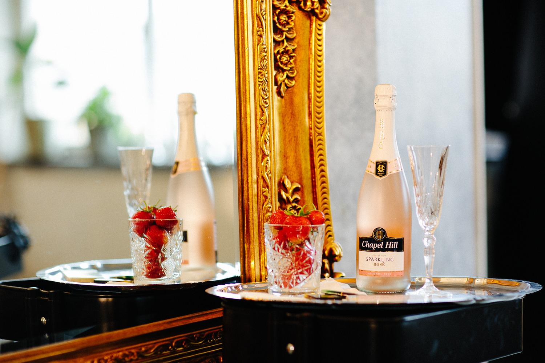 Champagne i frisørsalongen før bryllupet