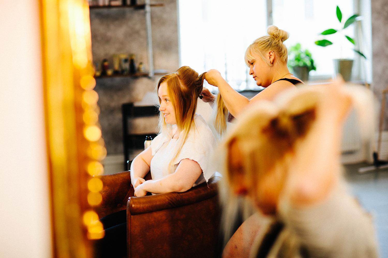 Brudens forberedelser hos frisøren før vielsen i Sverige