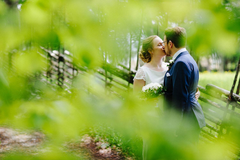 Brudepar kysser i skogen