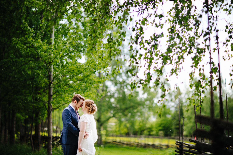 Vakker bryllupsbilde av forelsket brudepar.