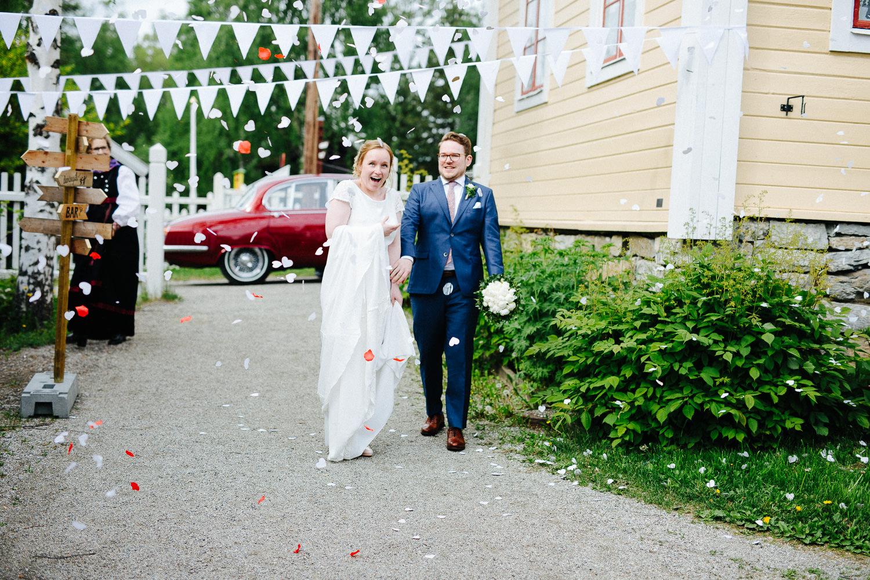 Bryllup konfetti brudeparet ankommer lokalet