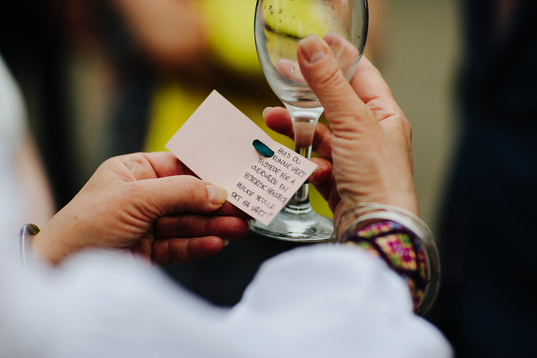 Hilsen til gjester navnelapp på glasset i bryllup