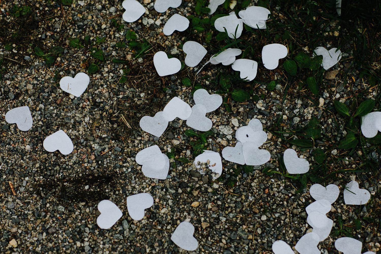 Rester av konfetti hjerter på bakken i bryllup
