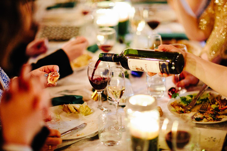 Servering av vin til tapas grillbuffet i bryllup