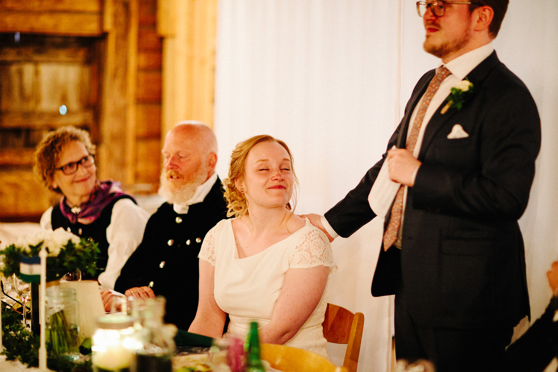 Brudgom taler til sin brud under middagen