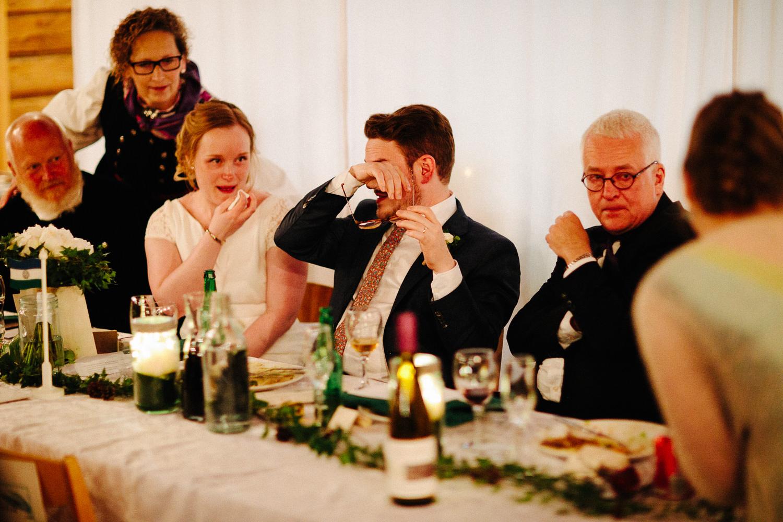 Rørt brudepar tørker tårer etter tale
