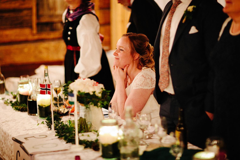 Bruden koser seg under bryllupsmiddagen