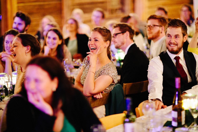 Stemningsbilde av gjester i bryllup som koser seg