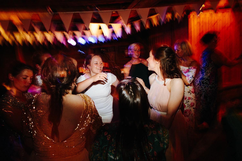 Dansebilde fra bryllup med lang lukkertid