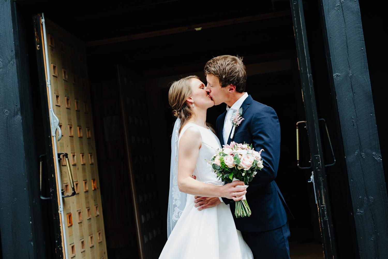 Brudepar utenfor Rokke kirke på kirketrappen