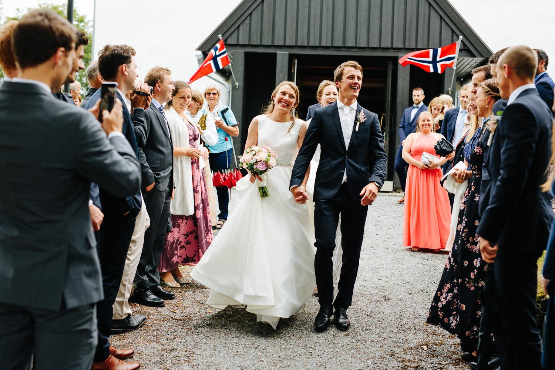 Brudepar etter vielsen i Rokke kirke