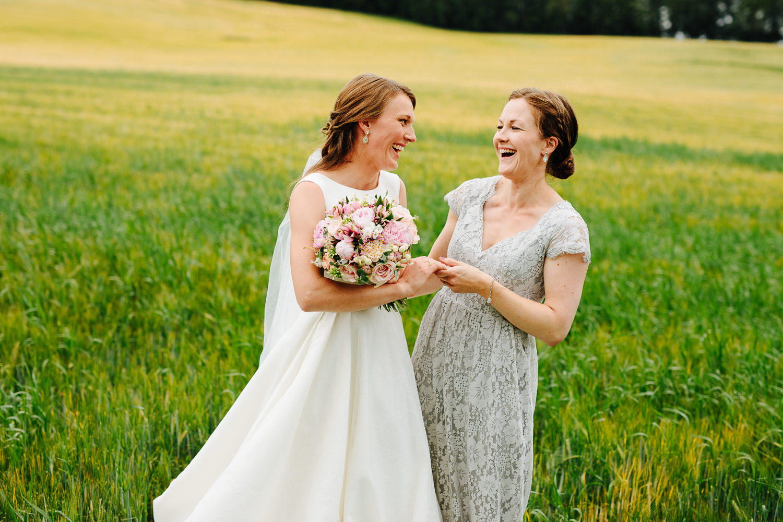 Brud og forlover ler sammen