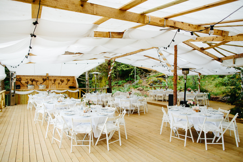 Bryllup i hagen med partytelt og hvite stoler