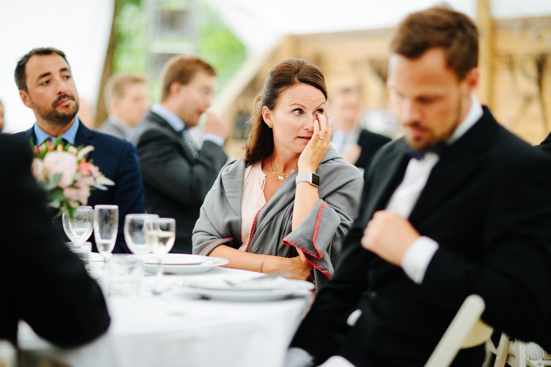 Rørt gjest tørker tårer under bryllupstale