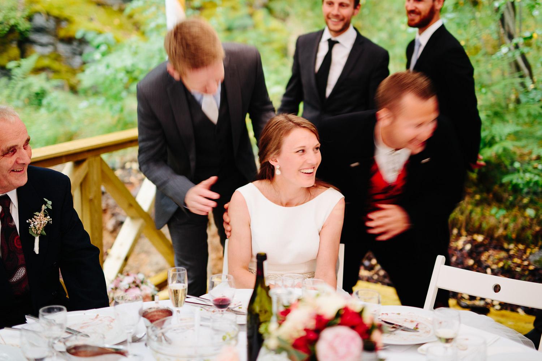 Tradisjon hvor mennene kysser bruden når brudgommen er borte
