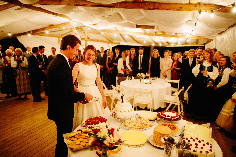 Brudepar kutter kaken i partytelt