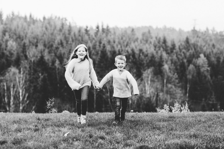 To søsken, en jente og en gutt, under en fotografering i Sarpsborg.