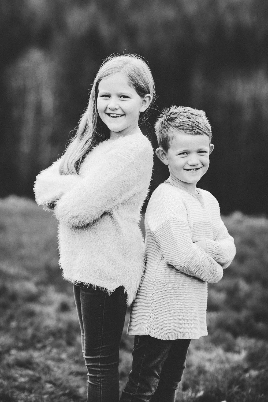 Gutt og jente poserer i svarthvitt da jeg tok familiebilder før jul.