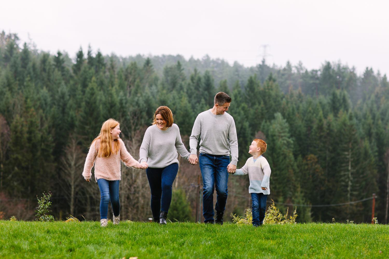 Hele familien leier hverandre i hendene