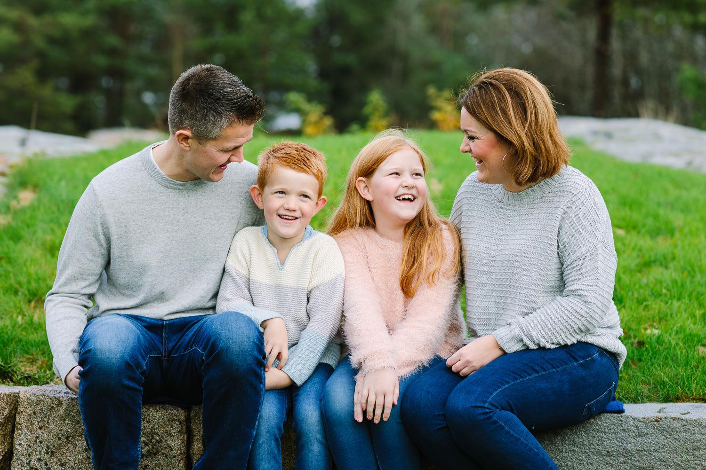 Fargebilde av hele familien som sitter og snakker sammen