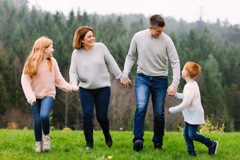 Familie på fire under en familiefotografering i Sarpsborg før jul.