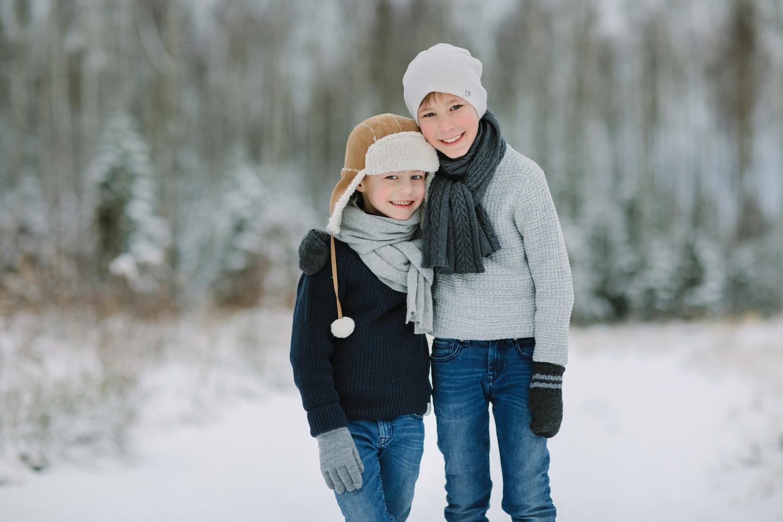 Portrettbilde av barn i Sarpsborg - to gutter som leker i snøen