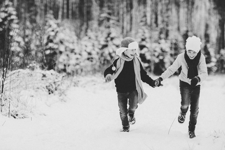 to gutter løper i snøen