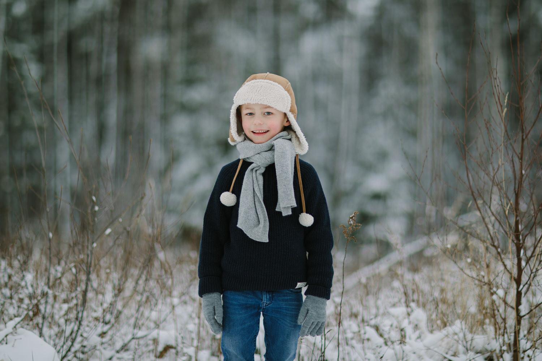 portrett av barn ute om vinteren