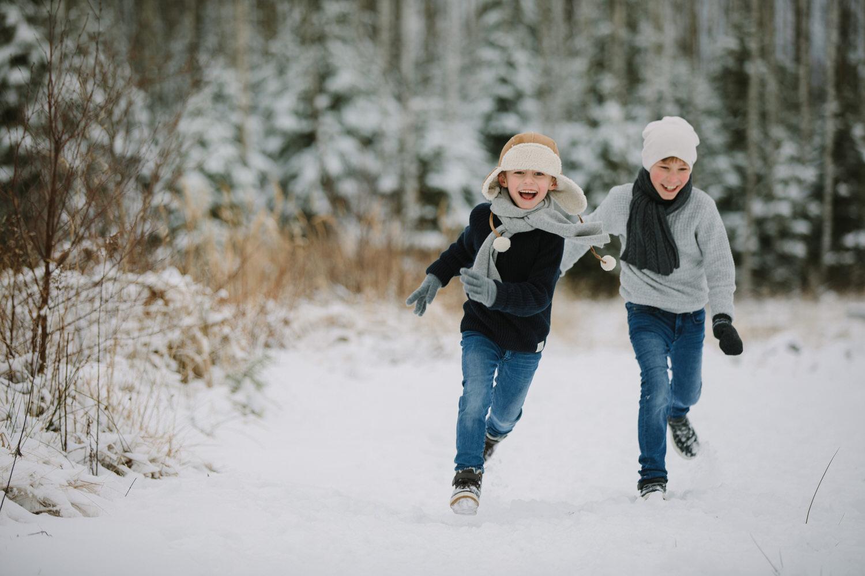 barn leker i snøen om vinteren