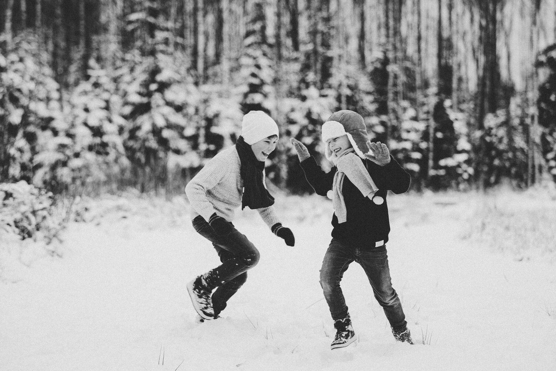 barn i lek ute om vinteren med snø og is i sarpsborg