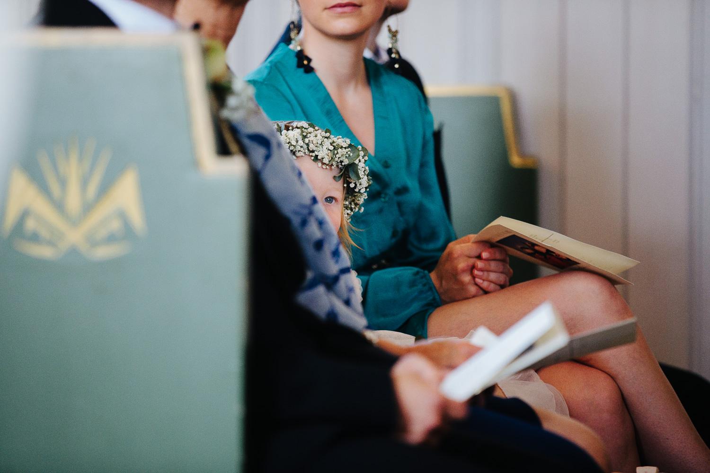 Brudepike med hårkrans under vielse i kirken.