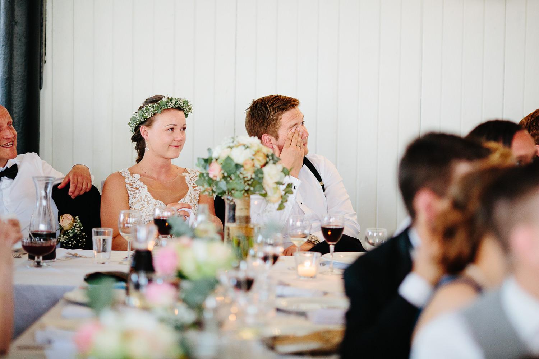 Bryllup på Ørje brug med en rørt brudgom under bryllupsfesten.