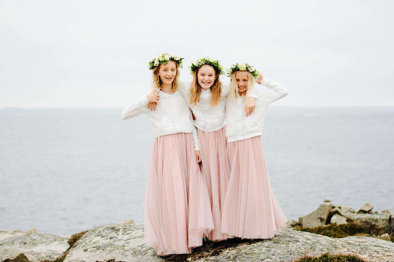 Tre brudepiker med hårkrans og like kjoler på Hvaler.