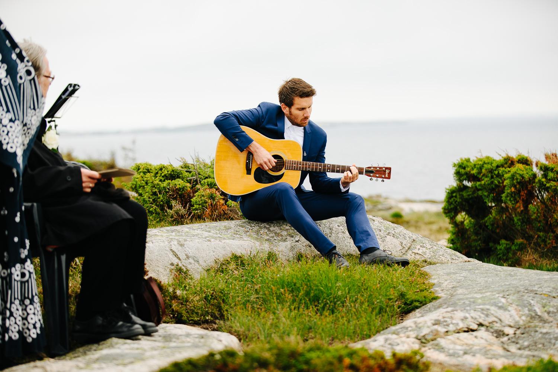 Utendørs vielse på Hvaler med levende musikk fra gitarist.
