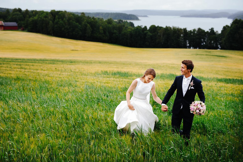 Bryllupsbilde fra Sarpsborg med Isesjøen og kornåker i bakgrunnen.