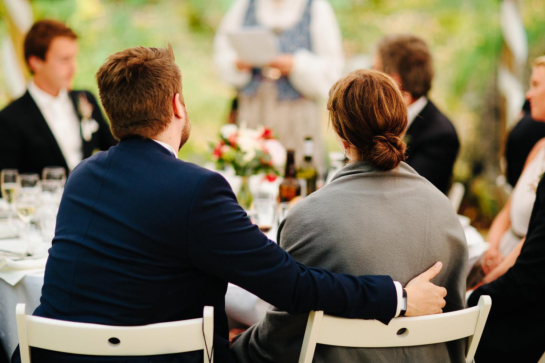 Bryllupsgjester i partytelt