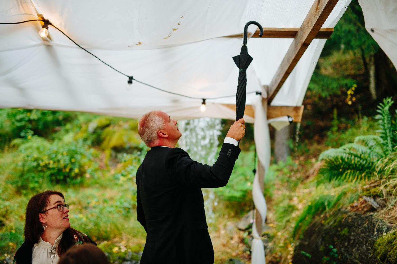 Nesten oversvømmelse av regn utendørs bryllup.