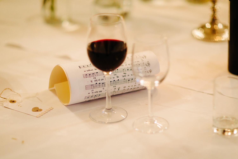 Detaljer av noter på bordet under bryllupsmiddag.