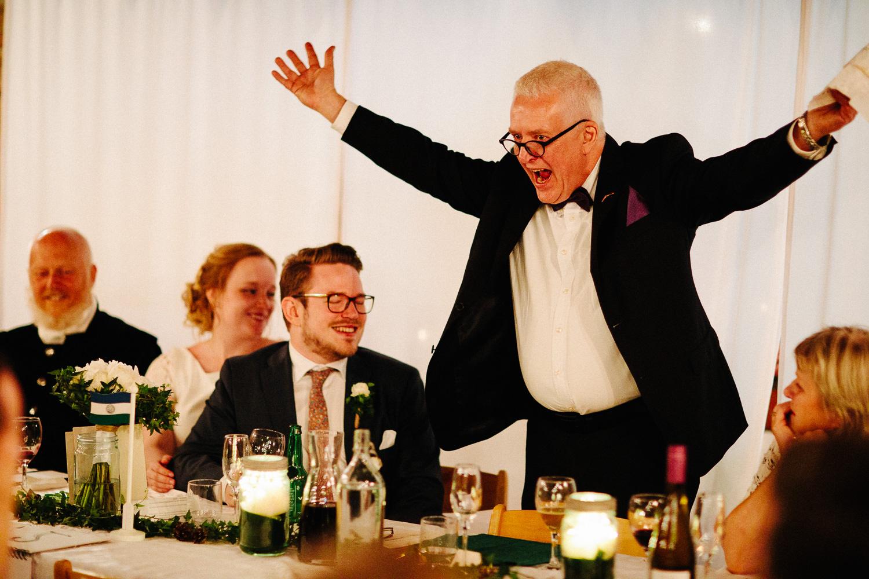Brudgommens far holder tale i bryllupet og stemningen er fantastisk.