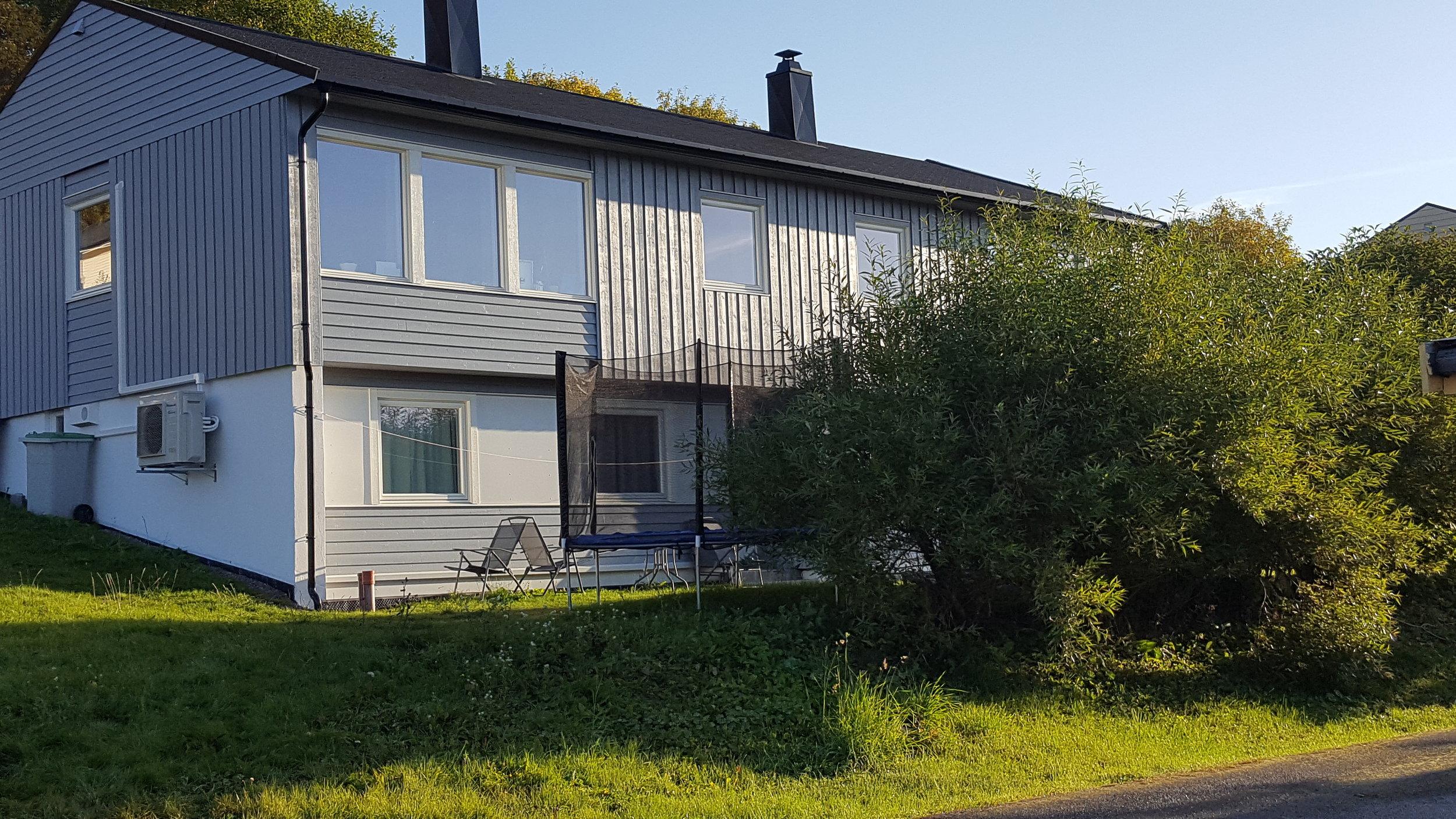 Dette huset er nybygd i 2016 og inneholder 2 identiske 4-roms leiligheter. Utleid fra første dag.