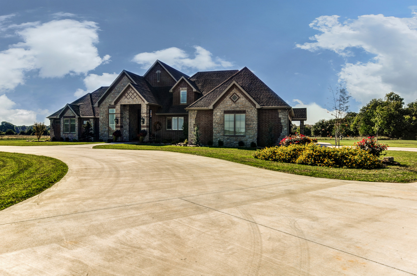 built-by-brett-custom-home-springfield-mo-13735-lawrence-2100-exterior-002.jpg