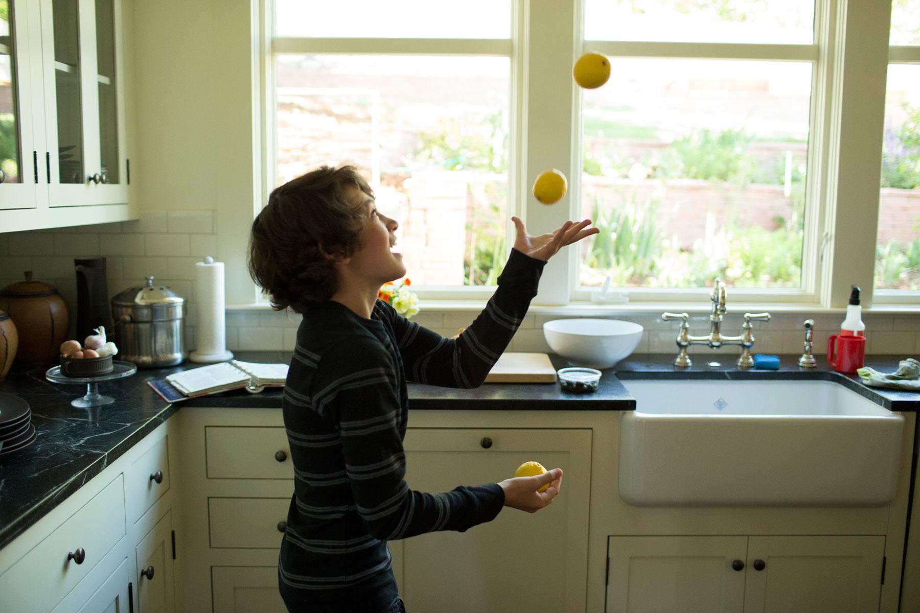 Juggling_Kitchen_George_Lange_Kids.jpg