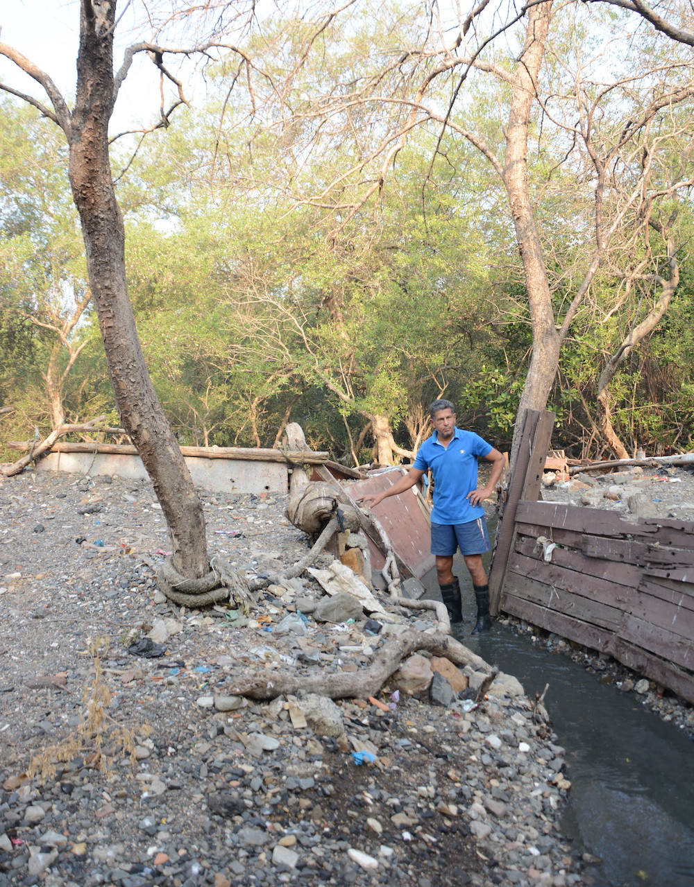 Rehan Merchant leads a beach cleanup at Bandra in Bombay, halting the flow of plastic into the ocean. Image: Ketaki Savnal